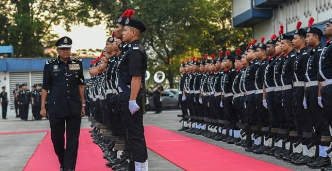 Fuzi Harun (kiri) memeriksa kawalan kehormat pada Perhimpunan Bulanan Peringkat Bukit Aman di Ibu Pejabat Polis Bukit Aman hari ini.