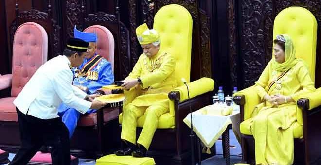 DIPERSEMBAHKAN: Tuanku Muhriz menerima titah ucapan yang dipersembahkan oleh Menteri Besar Aminuddin Harun pada Istiadat Pembukaan Persidangan Kedua Penggal Pertama Dewan Undangan Negeri ke-14 di Seremban, semaalm. Turut berangkat Tunku Ampuan Besar Tuanku Aishah Rohani Al Marhum Tengku Besar Mahmud (kanan). — Gambar Bernama
