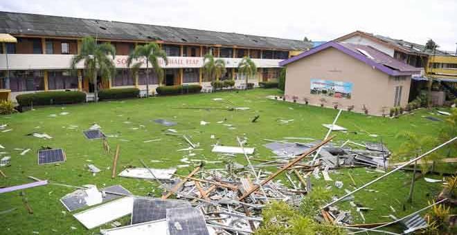 MUSNAH: Sebahagian bumbung dan kepingan panel solar membabitkan lima blok bangunan tiga dan dua tingkat Sekolah Menengah Jenis Kebangsaan Keat Hwa musnah diterbangkan ribut dalam kejadian di Alor Setar, semalam. — Gambar Bernama