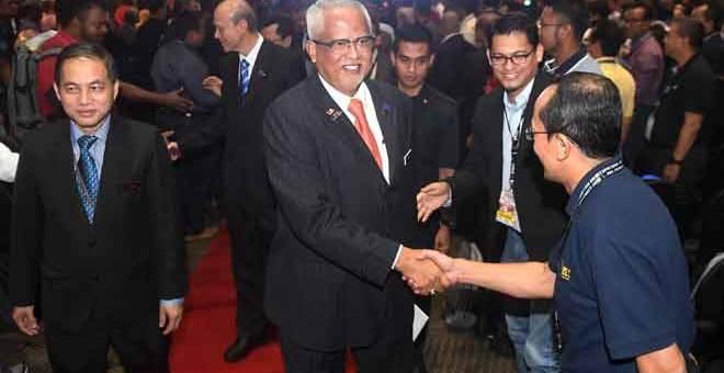 RAMAH MESRA: Mahfuz bersalaman bersama peserta selepas merasmikan majlis Persidangan dan Pameran Keselamatan dan Kesihatan Pekerjaan (COSH) 2018 di Pusat Konvensyen Antarabangsa Putrajaya (PICC) dekat Putrajaya, semalam. Turut sama Pengerusi Institut Keselamatan dan Kesihatan Pekerjaan Negara (NIOSH) Tan Sri Lee Lam Thye (dua kiri). — Gambar Bernama