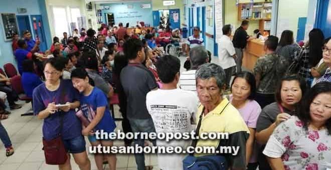 TIADA ELEKTRIK: Orang ramai menunggu giliran masing-masing dengan keadaan di klinik kembali pulih jam 9.40 pagi semalam.
