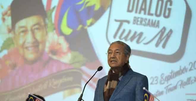 SESI DIALOG: Tun Dr Mahathir berucap pada sesi dialog bersama anggota Kelab Bunga Raya United Kingdom di London pada 23 September lepas. — Gambar Bernama