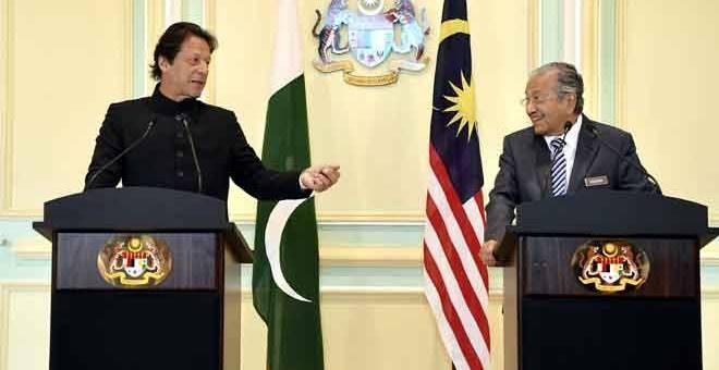 MESRA: Dr Mahathir semasa sidang media bersama rakan sejawat Imran Khan di Bangunan Perdana Putra, Putrajaya semalam. — Gambar Bernama