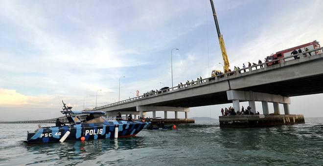 USAHA MENCARI: Operasi mencari sebuah kereta yang terhumban ke dalam laut selepas terlibat dalam kemalangan jalan raya dengan sebuah lagi kereta di KM 4 Jambatan Pulau Pinang dekat George Town kelmarin berhenti pada 7 malam semalam. — Gambar Bernama