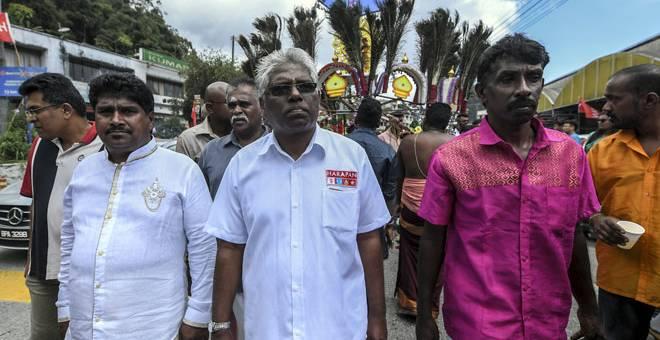 TUNAI KEWAJIPAN: Manogaran berarak menuju ke Kuil Sri Subramaniam ketika menyambut perayaan Thaipusam di Ringlet semalam. — Gambar Bernama