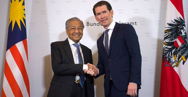 PERKUKUH HUBUNGAN DUA HALA: Dr Mahathir (kiri) mengadakan pertemuan dengan Kurz, di Federal Chancellery,                                            di Vienna semalam. — Gambar Bernama