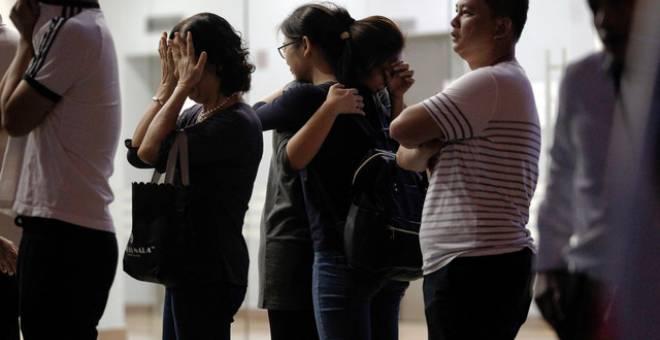 Sebahagian anggota keluarga tidak dapat menahan kesedihan ketika mayat Timbalan Ketua Pengarang Sin Chew Daily Datin Tai Siew Kim tiba di Taman Peringatan Nirvana Sungai Besi, malam tadi. - Gambar Bernama