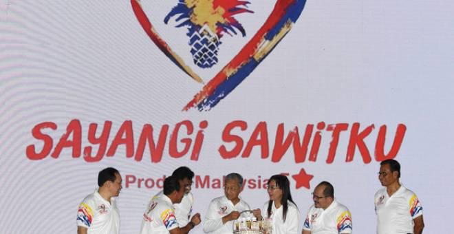 Dr Mahathir (tengah) menerima produk berasaskan kelapa sawit sebagai cenderahati daripada Kok (tiga, kanan) selepas melancarkan Kempen Sayangi Sawitku, hari ini. - Gambar Bernama