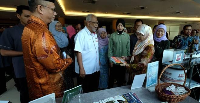 LAWATAN: Wan Azizah (dua kanan) melawat pameran selepas merasmikan Seminar Sukarelawan Peringkat Kebangsaan di Universiti Putra Malaysia (UPM), dekat Serdang, semalam. Turut kelihatan Naib Canselor Universiti UPM, Prof Datuk Dr Aini Ideris (kanan). — Gambar Bernama