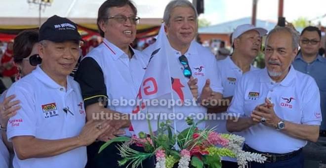 SEMANGAT: Abang Johari bersama Awang Tengah, Naroden dan Asfia mengibarkan bendera GPS sempena Majlis Pelancaran Pesta Gedong semalam.