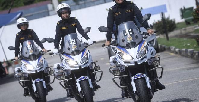 ANGGOTA UNIT WANITA: Siti Syazwani, Asma dan Wah Moliz ketika menunggang motosikal peronda berkuasa tinggi di Jabatan Pengangkutan Jalan Wilayah Persekutuan Kuala Lumpur, semalam.  — Gambar Bernama