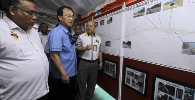 Baru (tengah) mendengar penerangan mengenai pelan jalan raya baharu dari Pengarah JKR Negeri Sembilan Datuk Abdul Karim Mohd Tahir (kanan) pada Majlis Perasmian Laluan FT51 dari Kampung Sawah Liat Ke Kampung Gadang Kuala Pilah hari ini.