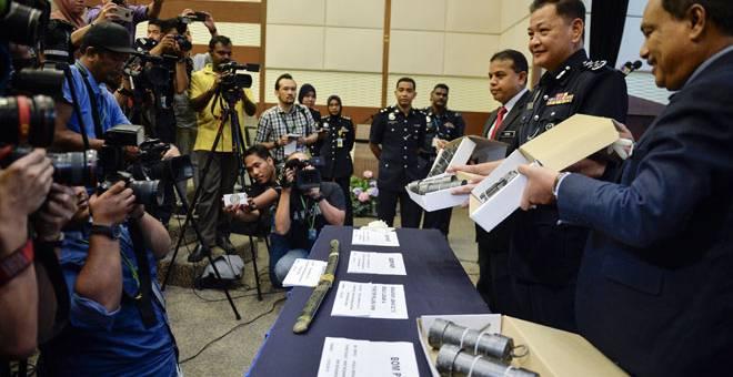 HASIL RAMPASAN: Abdul Hamid (dua kanan) menunjukkan barangan rampasan ketika sidang media khas mengenai tangkapan empat suspek yang terlibat dalam kumpulan pengganas di Menara Bukit Aman dekat Kuala Lumpur, semalam. — Gambar Bernama