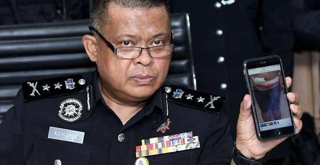 BUKTI: Kamarulzaman menunjukkan keadaan gambar suspek yang menyimpan dadah jenis syabu pada sidang media berkenaan rampasan dadah di Ibu Pejabat Daerah Ampang Jaya dekat Kuala Lumpur, semalam. — Gambar Bernama