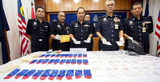 RAMPASAN: Hasanuddin (dua kanan) bersama pegawainya menunjukkan rampasan 1.65 kilogram dadah jenis syabu dan 6,000 biji pil yaba bernilai RM232,500 dalam satu serbuan di Kampung Gaung, Pasir Mas di Kelantan, Kota Bharu, semalam. — Gambar Bernama