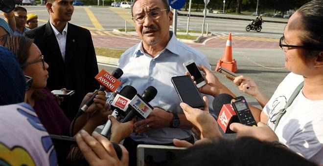 BERI KETERANGAN: Hishammuddin memberikan kenyataan media sejurus keluar dari Ibu Pejabat Suruhanjaya Pencegahan Rasuah (SPRM) selepas memberi keterangan berkenaan isu urus niaga 'land swap' membabitkan tanah-tanah milik kementerian itu. — Gambar Bernama