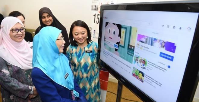 Dr Wan Azizah ketika merasmikan Kempen Kesedaran Pendidikan Seks dalam kalangan kanak-kanak melalui media sosial Youtube di KPWKM hari ini. Turut hadirHannah Yeoh dan Dr Rose. - Gambar Bernama