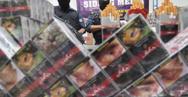 DIRAMPAS: Sebahagian rokok seludup bernilai RM1.83 juta yang berjaya dirampas Jabatan Kastam Diraja Malaysia (JKDM) Kelantan di dua lokasi berasingan di hadapan jeti Pulau Beluru dan tebing Pulau Tongkang Jumaat lepas pada sidang media di Pejabat Penguatkuasaan Kastam Pengkalan Kubor, Tumpat semalam. — Gambar Bernama