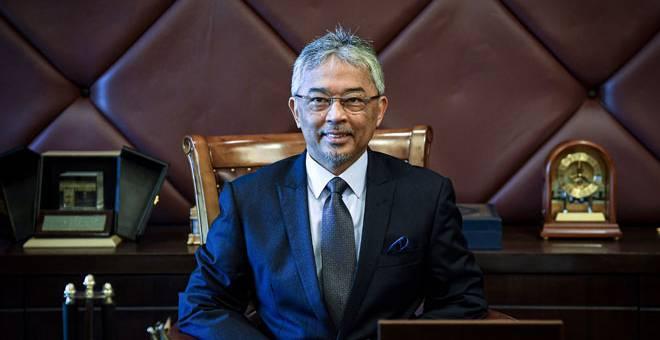 ISTIADAT PERTABALAN: Al-Sultan Abdullah berkenan bergambar sebelum menandatangani Warkah Persilaan kepada Raja-Raja Melayu, Yang di-Pertua Negeri dan tetamu-tetamu diraja dari luar negara ke Istiadat Pertabalan Yang di-Pertuan Agong ke-16 yang dijadualkan berlangsung 30 Julai di Kuala Lumpur, semalam. — Gambar Bernama