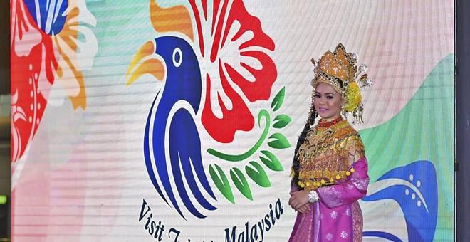 PELANCARAN: Logo baharu kempen Melawat Malaysia (VM) 2020 hari ini secara rasminya dilancarkan oleh Tun Dr Mahathir di Lapangan Terbang Antarabangsa Kuala Lumpur (KLIA), semalam. — Gambar Bernama