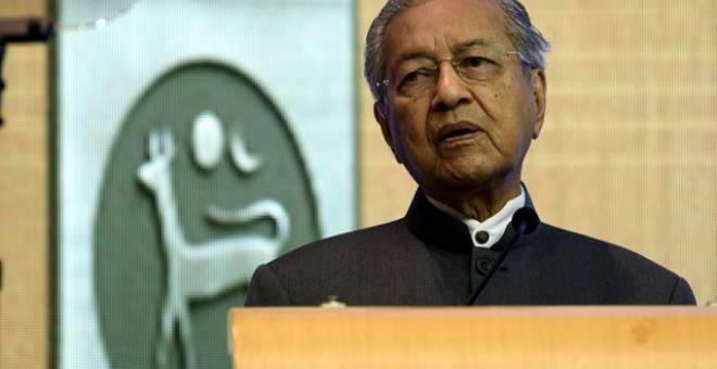 Dr Mahathir Mohamad berucap melancarkan Strategi Kebangsaan Bagi Literasi Kewangan 2019-2023 di Sasana Kijang, Bank Negara hari ini. - Gambar Bernama