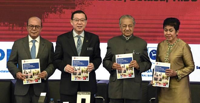 LANCAR: Dr Mahathir (dua kanan) bersama Menteri Kewangan Lim Guan Eng (dua kiri) menunjukkan buku 'Malaysia National Strategy for Financial Literacy 2019-2023' pada majlispelancaran Strategi Literasi Kewangan Kebangsaan 2019-2023 di Sasana Kijang, Bank Negara dekat Kuala Lumpur, semalam. Turut hadir Gabenor Bank Negara Datuk Nor Shamsiah Mohd Yunus (kanan) dan Pengerusi Suruhanjaya Sekuriti Malaysia (SC), Datuk Syed Zaid Albar. — Gambar Bernama