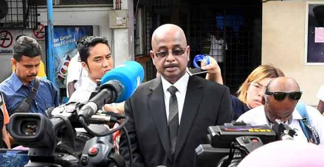 BERI PENERANGAN: Sankara yang mewakili keluarga Nora Anne ketika ditemui pemberita di Jabatan Perubatan Forensik Hospital Tuanku Jaafar, Seremban, semalam. — Gambar Bernama