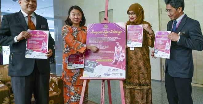 beri penerangan: Hannah (dua kiri) memberi penerangan kepada anggota media mengenai kategori-kategori yang dianjurkan pada Anugerah Khas Keluarga sempena Bulan Kebangsaan pada sidang media di Kementerian Pembangunan Wanita, Keluarga dan Masyarakat (KPWKM), Putrajaya, semalam. — Gambar Bernama
