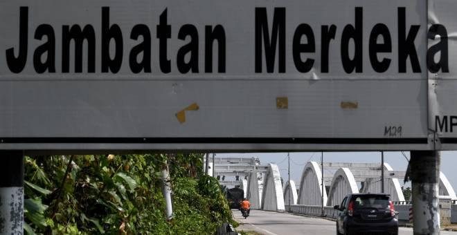 BERSEJARAH: Tidak ramai yang mengetahui bahawa Kepala Batas mempunyai sebatang jambatan yang sangat bersejarah untuk negara yang dinamakan Jambatan Merdeka di Kepala Batas, semalam. — Gambar Bernama