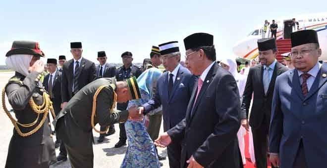 LAWATAN DIRAJA: Sultan Abdullah dan Tunku Azizah tiba di Lapangan Terbang Antarabangsa Bandar Seri Begawan Brunei sempena Lawatan Negara selama tiga hari bermula semalam. Pasangan diraja itu disambut oleh Pengiran Al-Muhtadee (dua kanan). — Gambar Bernama