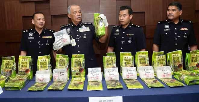 TUMPAS: Zainuddin (dua kiri) menunjukkan dadah jenis syabu yang dirampas di kawasan Yan pada sidang media di Pusat Media Ibu Pejabat Polis Kontinjen Kedah, Alor Setar semalam. Turut sama Helmi (kiri), Mohd Sabri (dua kanan) dan Mohamad Zain (kanan). — Gambar Bernama