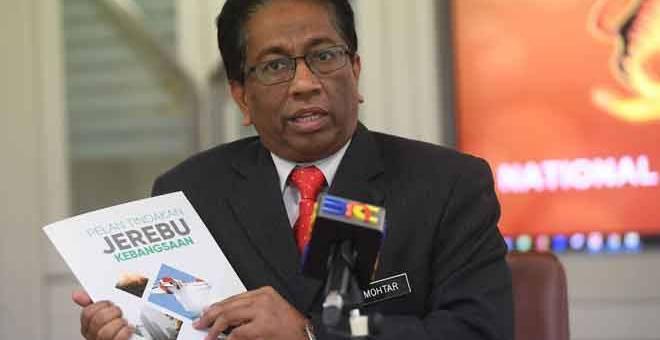 JEREBU MELANDA: Mohtar ketika ditemu bual mengenai cuaca jerebu yang melanda negara ketika ini di Markas Pasukan Mencari Dan Menyelamat Khas Malaysia (SMART), NADMA, Putrajaya, semalam. — Gambar Bernama