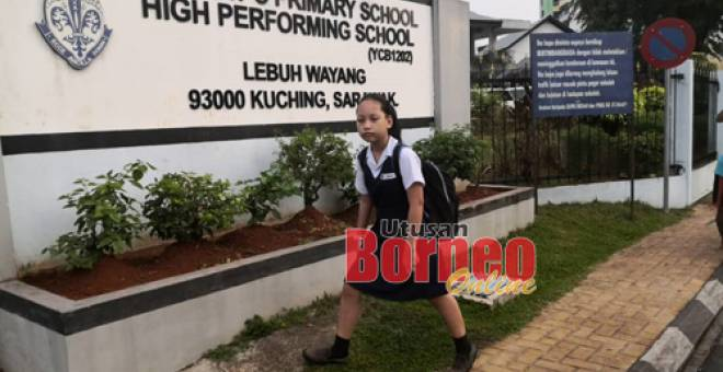 Murid sekolah rendah  St Mary Kuching turun ke sekolah seperti biasa hari ini selepas cuaca jerebu tertambah baik. Gambar Muhammad Rais Sanusi