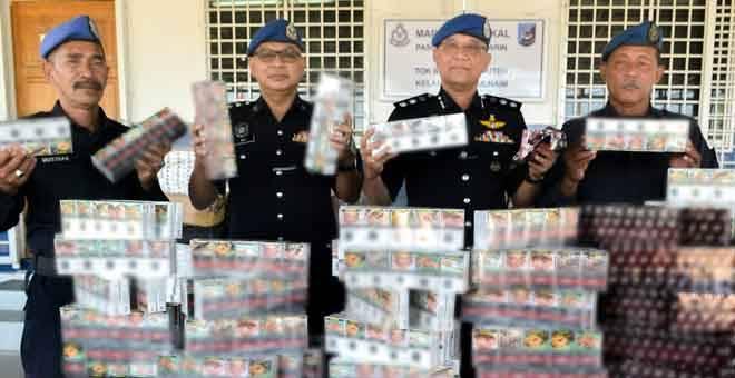 RAMPASAN: Komander Pasukan Polis Marin Wilayah Tiga, ACP Norzaid Muhammad Said (dua kanan) bersama pegawainya menunjukkan rokok putih yang dirampas ketika sidang media di Markas Tektikal Pasukan Polis Marin Wilayah Tiga Tok Bali, dekat Pasir Puteh, semalam. — Gambar Bernama