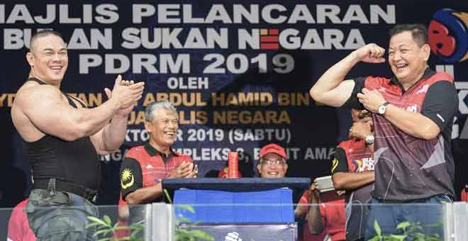 RASMI: Abdul Hamid (kanan) ketika merasmikan Majlis Pelancaran Bulan Sukan Negara PDRM 2019 di Ibu Pejabat Bukit Aman dekat Kuala Lumpur, semalam. — Gambar Bernama