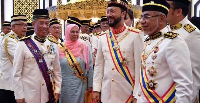 PENGANUGERAHAN: Muhyiddin (dua kiri) menerima Darjah Utama Negeri Melaka (DUNM) yang membawa gelaran Datuk Seri Utama dan Menteri Besar Kedah, Datuk Seri Mukhriz Mahathir (dua kanan) menerima Darjah Gemilang Seri Melaka (DGSM) yang membawa gelaran Datuk Seri pada Istiadat Penganugerahan Darjah, Bintang dan Pingat Kebesaran Negeri Melaka sempena sambutan Ulang Tahun Yang di-Pertua Negeri ke-81 di Balai Istiadat, Seri Negeri, Ayer Keroh dekat Melaka, semalam. — Gambar Bernama