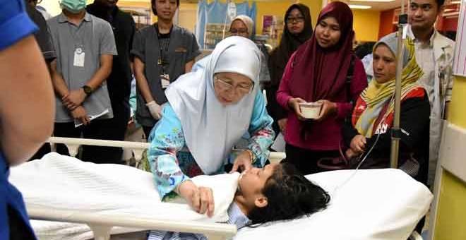 LAWATAN: Datuk Seri Dr Wan Azizah Wan Ismail melawat mangsa kejadian letupan belon helium di Hospital Putrajaya semalam.  — Gambar Bernama