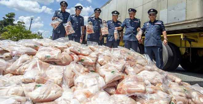 RAMPAS: Mohd Rakbi (tiga kanan) bersama para pegawainya menunjukkan sebahagian rampasan keratan ayam sejuk beku yang berjaya dirampas pada sidang media di Pejabat Penguatkuasaan Kastam Pengkalan Kubor, Tumpat semalam. — Gambar Bernama