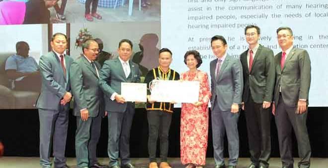 TAHNIAH: Herman (empat dari kiri) menerimahadiah RM5,000 serta trofi dan sijil penghargaan daripadatetamu kehormat,isteri Perdana Menteri Tun Dr Siti Hasmah Mohd Ali pada majlis Anugerah My Hero 3.0 yang berlangsung di Kuala Lumpur, baru-baru ini.