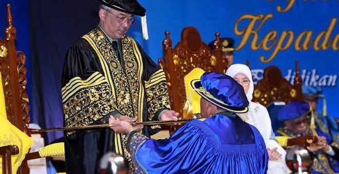 MENCEMAR DULI: Sultan Abdullah berkenan menerima cokmar selepas baginda dimasyhurkan sebagai Tuanku Canselor pada Istiadat Pemasyhuran Canselor dan Konvokesyen Universiti Pertahanan Nasional Malaysia (UPNM) di Pusat Konvensyen Antarabangsa Putrajaya semalam. — Gambar Bernama
