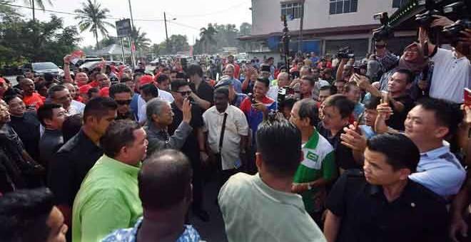 DISAMBUT: Tun Dr Mahathir melambai kepada orang ramai ketika hadir untuk bersarapan pagi bersama Badan-Badan Bukan Kerajaan (NGO) Pontian di Pekan Nanas semalam. — Gambar Bernama