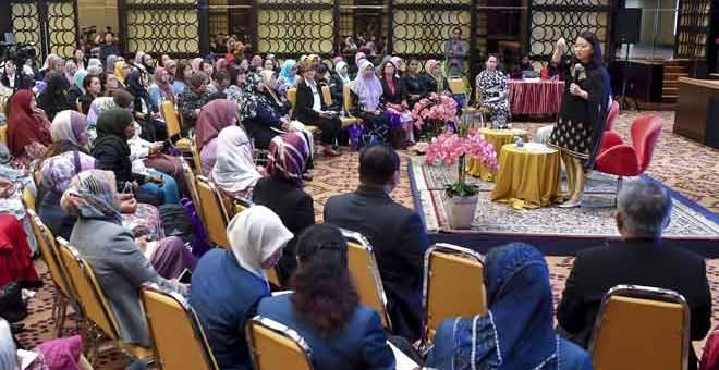 BERUCAP: Hannah Yeoh berucap pada sesi dialog bersama ahli-ahli Majlis Wanita Pihak Berkuasa Tempatan (PBT) di Kementerian Pembangunan Wanita, Keluarga dan Masyarakat semalam.  — Gambar Bernama