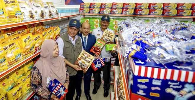 LAWAT: Saifuddin Nasution (dua kiri) dan isteri Datin Seri Norhayati Musa (kiri) melawat Food Bank Siswa Universiti Malaysia Kelantan (UMK) selepas Program Ministerial Talk Series dan perasmian Food Bank Siswa UMK di Bachok, semalam. Turut hadir Timbalan Naib Canselor Hal Ehwal Pelajar dan Alumni UMK Prof Dr Zaliman Sauli (dua kanan). — Gambar Bernama