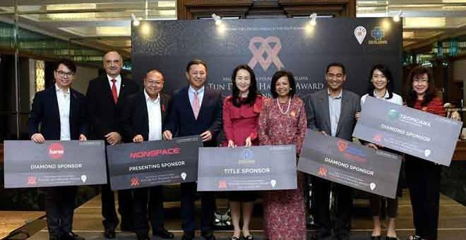 KENANGAN: Marina (empat kanan) bergambar bersama para penaja pada sidang media berkenaan Majlis Makan Malam Gala dan Anugerah Tun Dr Siti Hasmah di sebuah hotel di ibu negara kelmarin. — Gambar Bernama