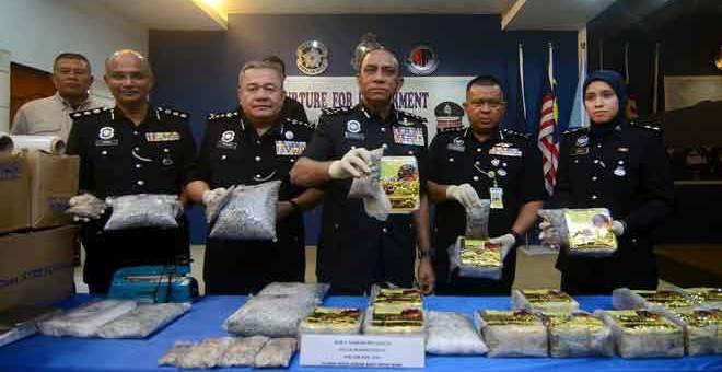 DIRAMPAS: Mohd Khalil (tengah) menunjukkan pelbagai jenis dadah yang dirampas pada sidang media di Ibu Pejabat Polis Kontinjen Negeri berhubung rampasan dadah bernilai RM2.2 juta dan penahanan seorang lelaki tempatan selepas melakukan dua serbuan di Bukit Tambun pada Selasa lepas. — Gambar Bernama