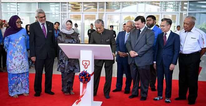 SIMBOLIK: Dr Mahathir merasmikan Kompleks Balai Islam An-Nur milik Tenaga Nasional Bhd (TNB), mercu tanda baharu Ibu Pejabat TNB di Jalan Bangsar, di ibu negara semalam. Turut hadir Khalid (dua kiri), Yeo (tiga kiri), Leo Moggie (lima kiri) dan Amir Hamzah (enam kiri). — Gambar Bernama