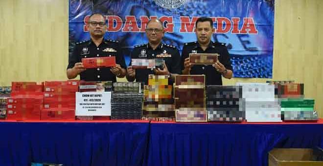 SELUDUP: Mohd Fahmi (tengah) menunjukkan rokok seludup yang dirampas semalam selepas sidang media di Ibu Pejabat Daerah Dang Wangi, Kuala Lumpur. — Gambar Bernama