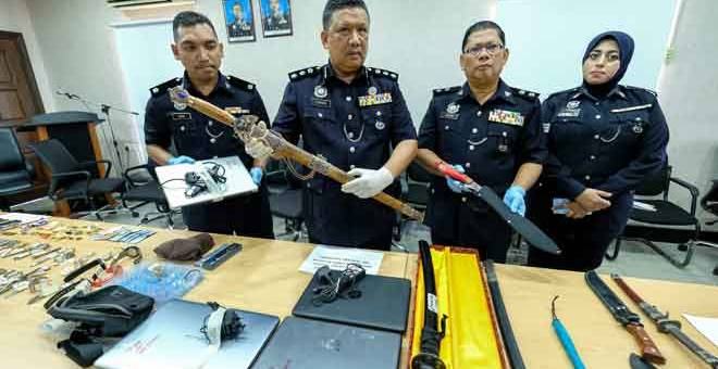 RAMPAS: A Asmadi (dua kiri) menunjukkan pedang pelbagai jenis yang dirampas daripada suspek kes pecah rumah di sekitar kawasan Medan Pasir pada sidang media di Ibu Pejabat Polis Daerah (IPD) Ipoh, semalam. — Gambar Bernama