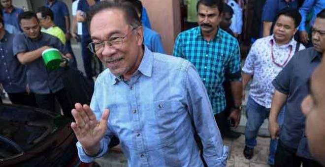 CERIA: Anwar meninggalkan Ibu Pejabat PKR selepas Mes-yuarat Majlis Pimpinan Pusat PKR di Kuala Lumpur semalam. — Gambar Bernama