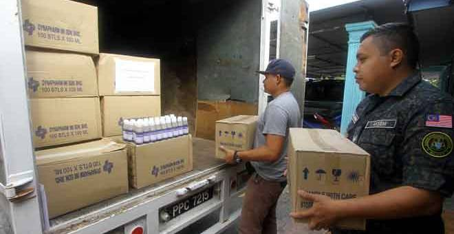 TUMPAS: Anggota Agensi Kawalan Sempadan (AKSEM) Perlis sedang melakukan pemeriksaan terhadap ubat batuk yang dirampas pada sidang media di Kem AKSEM Kuala Perlis dekat Kuala Perlis, semalam. — Gambar Bernama